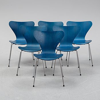 "A set of six ""Serie 7"" chairs by Arne Jacobsen for Fritz Hansen, dated 1982."