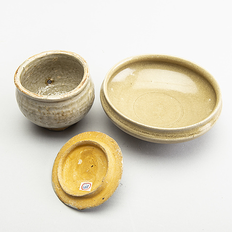 A group of olive green glazed jars and a bowl, south east asia, 15/17th century.