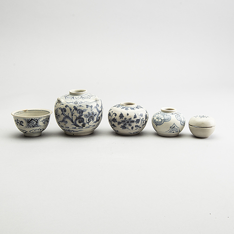 A group of south east asian ceramics, 16th/17th century.