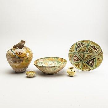 Parti, keramik, fem delar. bl.a. Nishapur-stil, Sgrafitto.
