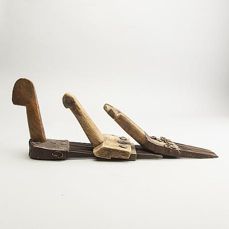 Mattvävarkammar, tre stycken samt träblock för tryck. persien, 1900-tal.