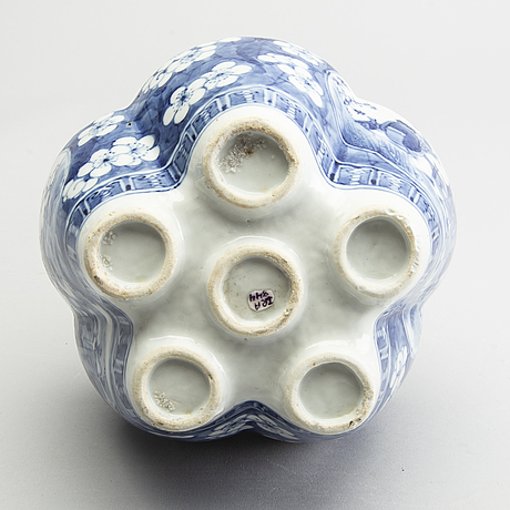 A blue and white tulip vase, qing dynasty, 19th century.