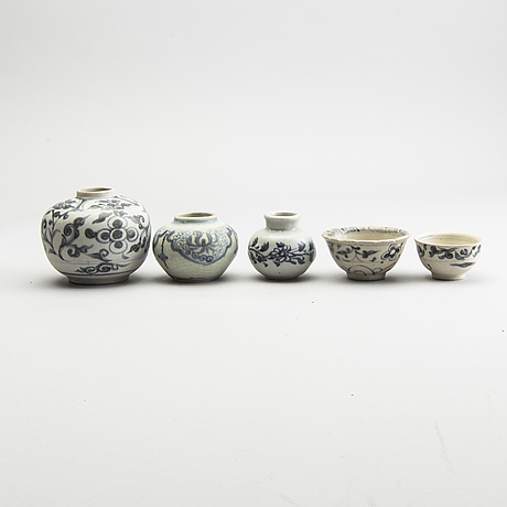 A group of blue and white porcelain, sawankhalok, 15th/16th century. (5 pieces).