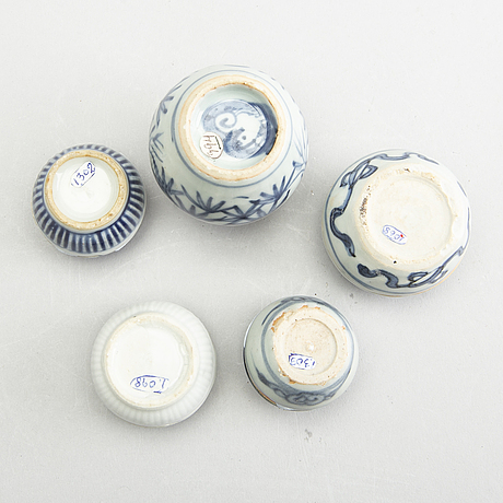 A blue and white pomme granate shaped jar and 4 miniature boxes with covers, ming dynasty (1368-1644).