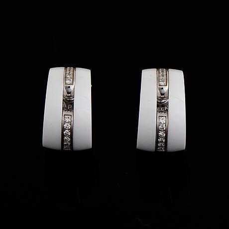 """Chanel ett par örhängen 18k vitguld och vit """"keramik""""."""