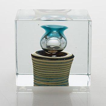 Oiva Toikka, An annual glass cube, signed Oiva Toikka Nuutajärvi 1982 and numbered 686/2000.