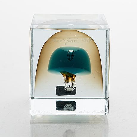 Oiva toikka, an annual glass cube, signed oiva toikka 289/2000, nuutajärvi 1983.