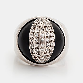 375. An 18K white gold and onyx ring set with round brilliant-cut diamonds.