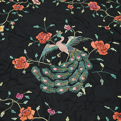 A shawl/a grand piano cover, silk, ca 145 x 147 cm plus fringes, china first half of the 20th century.