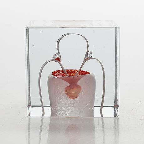An annual glass cube, signed oiva toikka nuutajärvi 1985, numbered 146/2000.