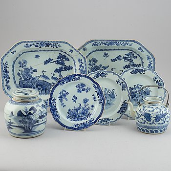A group of 7 Chinese blue and white porcelain objects, 18-20th century.