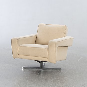 A 1970s swivel chair.