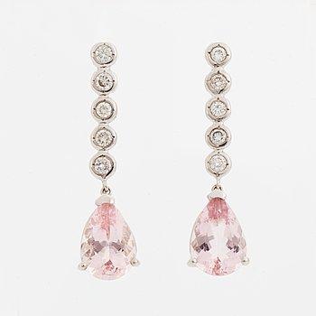 Ett par morganitörhängen med diamanter.
