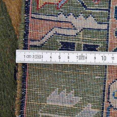 Matta, semiantik täbris, ca 407 x 293 cm.