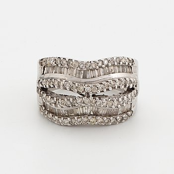 Diamond ring 18K whitegold baguette and brilliant-cut diamonds approx 1,7 ct.