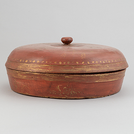A red lacquered wooden box with cover, 20th century.