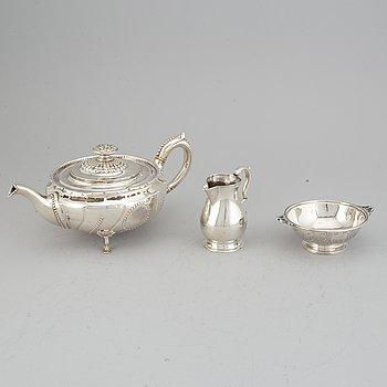 An English 19th / 20th century silver tea-pot, creamer and bowl, silver, England.