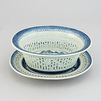 A blue and white chesnut basket, Qing dynasty, late 19th Century.
