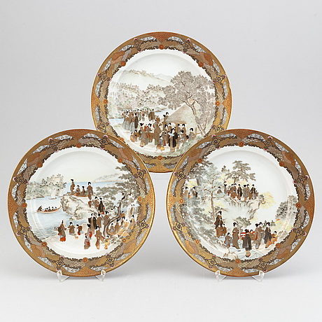 A set of three finely painted japanese dishes, early 20th century.