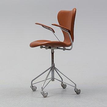 A 'Serie 7' swivel armchair by Arne Jacobsen for Fritz Hansen, dated 1967.