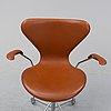 """Arne jacobsen, kontorsstol med karmar, """"sjuan"""", fritz hansen danmark, daterad 1967."""