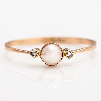 Ring, 14K guld, odlad pärla, diamanter ca 0.01 ct tot. Åbo 1981.