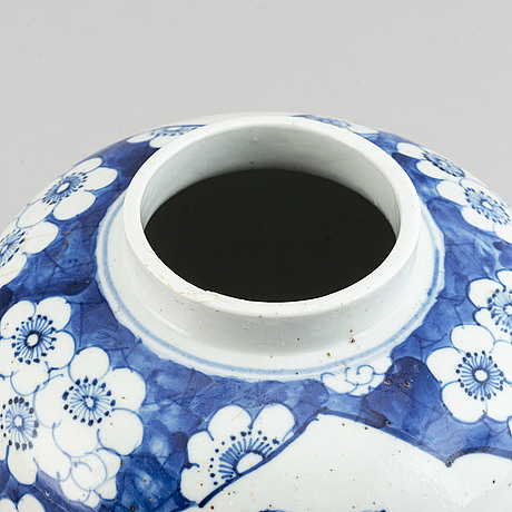 A blue and white jar with cover, qing dynasty late 19th/early 20th century.