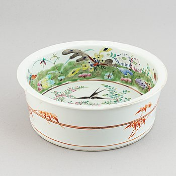 A famille rose basin, Qing dynasty, 19th century.