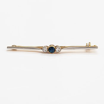 A 17-18K gold brooch with a sapphire and old-cut diamonds ca. 0.40 ct in total.