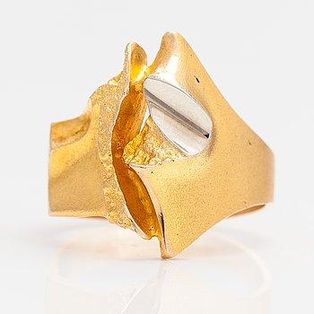 "Björn Weckström, A 14K gold and platinum ring ""Geisir"". Lapponia 1977."