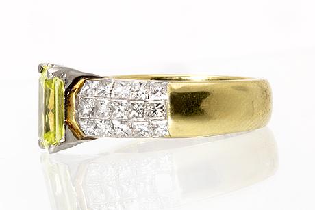 Ring 18k guld yellow-green stone and princess-cut diamonds approx 1,5 ct.