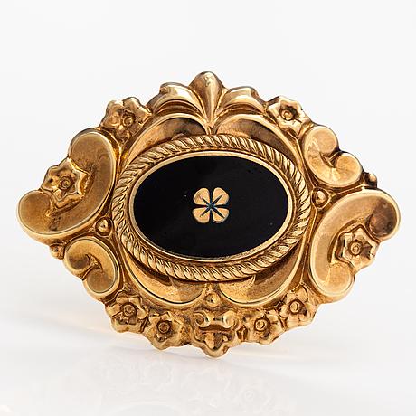A 14k gold brooch with enamel. kello-tuomi oy, helsinki 1969.
