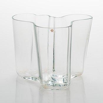 "Alvar Aalto, A glass vase ""3030"". Signeerattu Alvar Aalto - 3030."