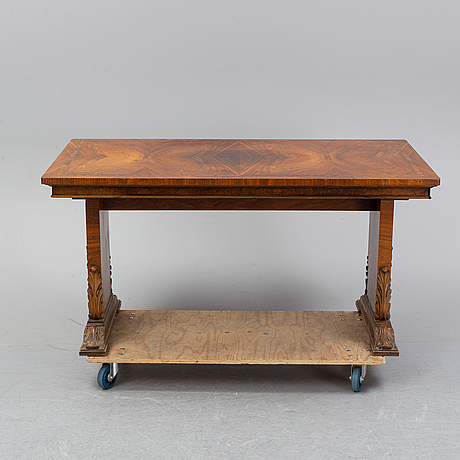 A 1930/40's table with two additional leaves.