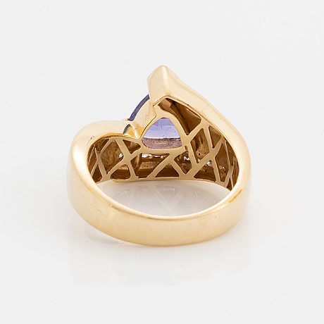Ring, med triangelformad tanzanit med briljantslipade diamanter.