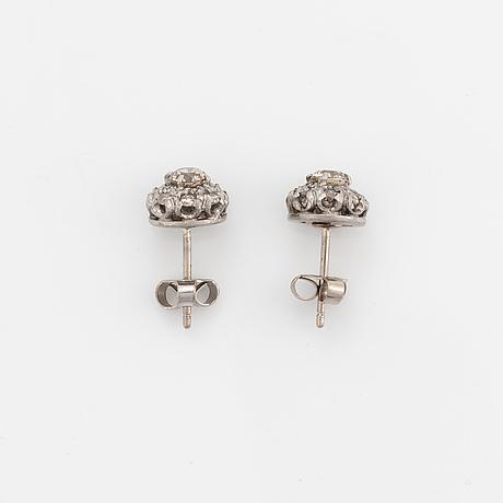Ett par örhängen med bruna briljantslipade diamanter.