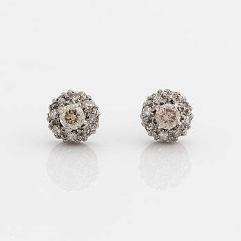 Brown brilliant-cut diamonds earrings.