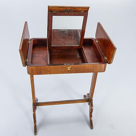 Toilettebord 1800-talets mitt.