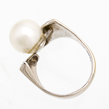 Ring 18k whitegold 1 cultured pearl approx 10 mm brilliant-cut diamonds 0,29 ct engraved.