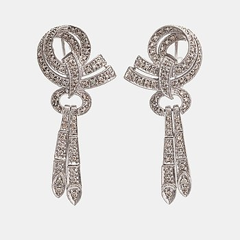 A pair of 14K white gold earrings with diamonds ca. 0.85 ct in total.