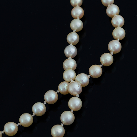 Cultured pearl necklace, clasp 18k gold with eight-cut diamonds.