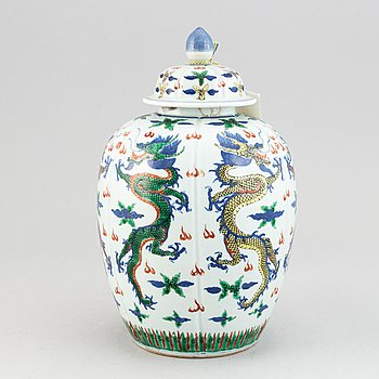 A Chinese wucai vase with cover, early 20th century.