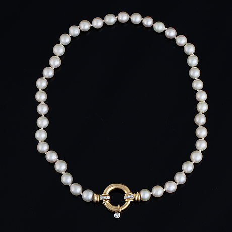 Cultured pearl necklace, clasp 18k gold with brilliant-cut diamonds.