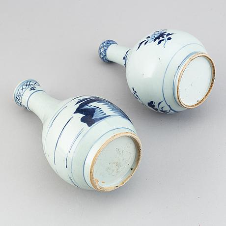 Flaska samt vas, porslin. qingdynastin, 1700-tal.