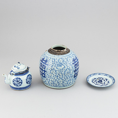 A blue and white jar, teapot with cover and a dish, qing dynasty, 19th century.