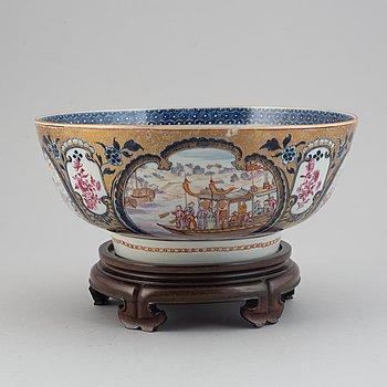 A famille rose mandarin export porcelain punch bowl, Qing dynasty, Qianlong (1736-95).