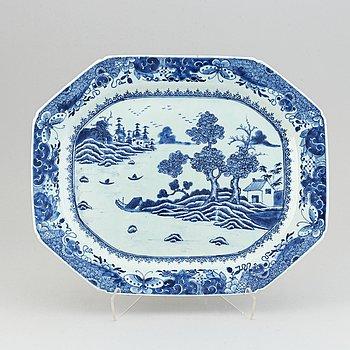 A Chinese porcelain serving dish, Qianlong (1736-95).