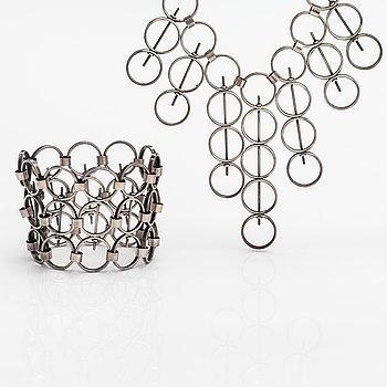 Kaija Aarikka, A silver necklace and bracelet. Pekka Ilmari Sarvanto, Helsinki 1065.