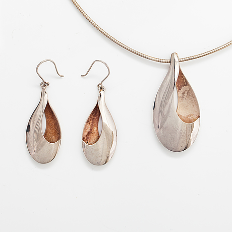 Ritva liisa pohjalainen, a stelringsilver bracelet and a pair of earrings. alppikulta, helsinki.