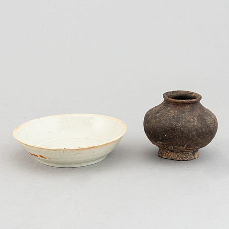 A pale celadon glazed bowl and a brown glazed jar, song/yuan dynasty.